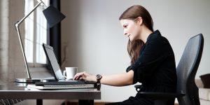 femme utilisant une lampe de bureau pour travailler